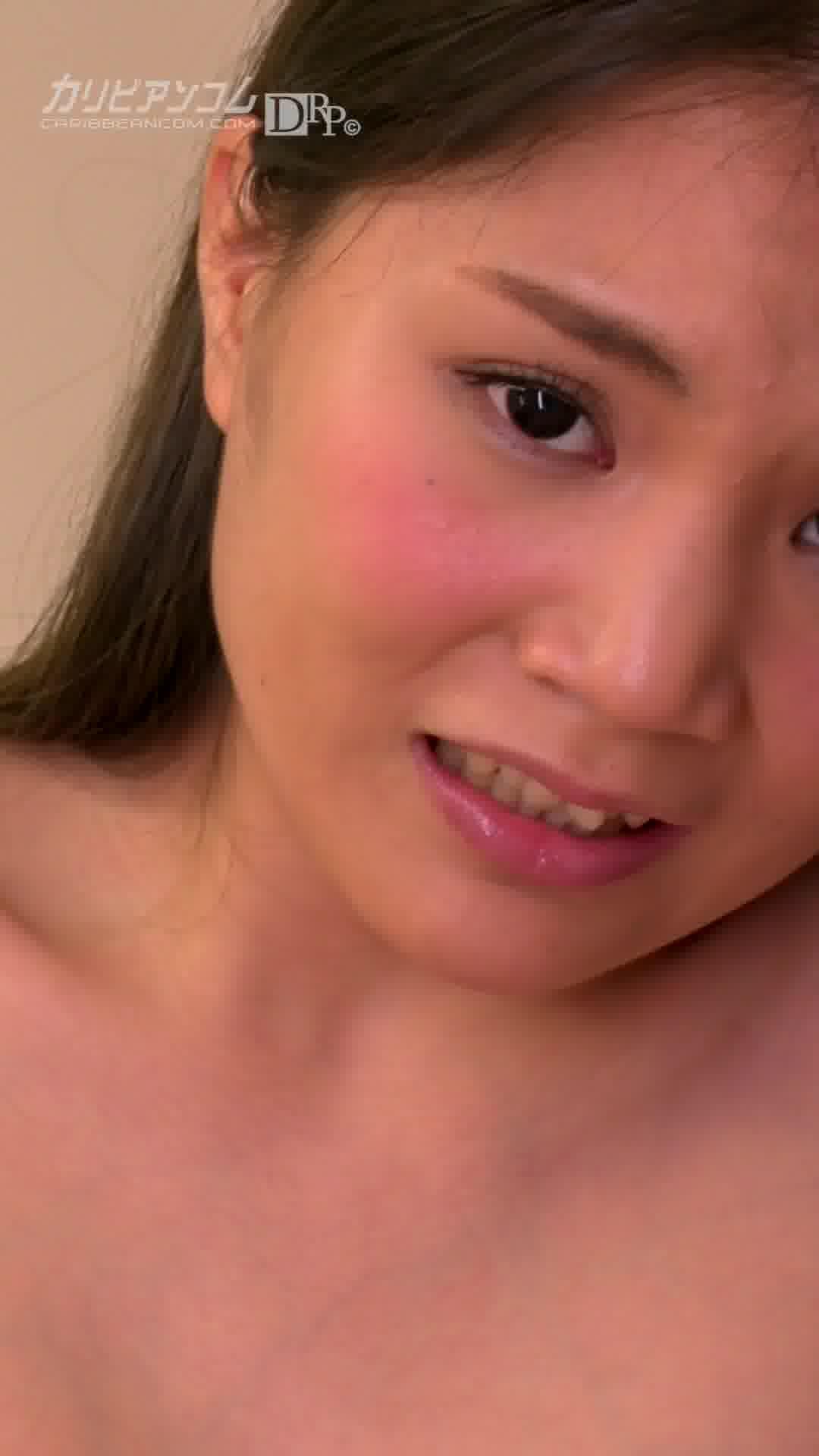 縦型動画 014 ~割れ目に電マをめり込ませるのが好き~ - 水島にな【美乳・オナニー・放尿】