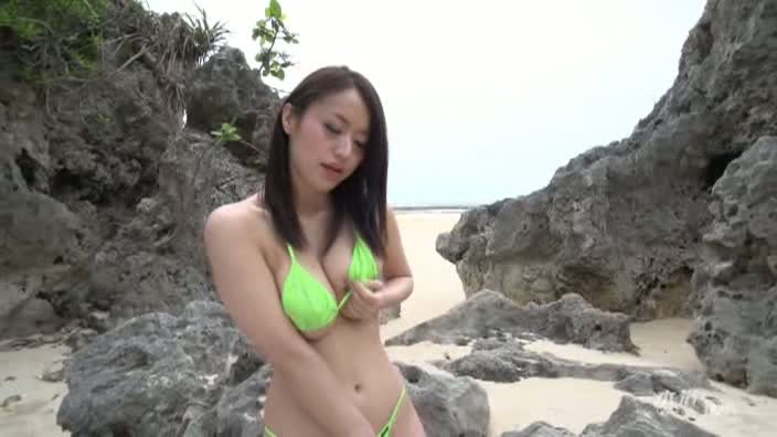 砂浜のスレンダー巨乳【新山かえで】