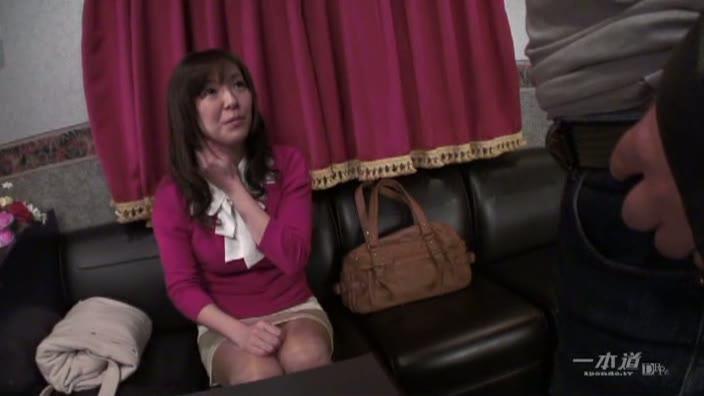 ストリップ劇場で舞う未亡人【坂上友香】