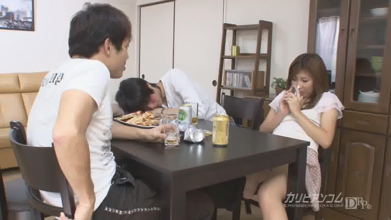 友達の彼女をテーブルの下で悪戯したら… – 大久保ひとみ【企画物・クンニ・中出し】