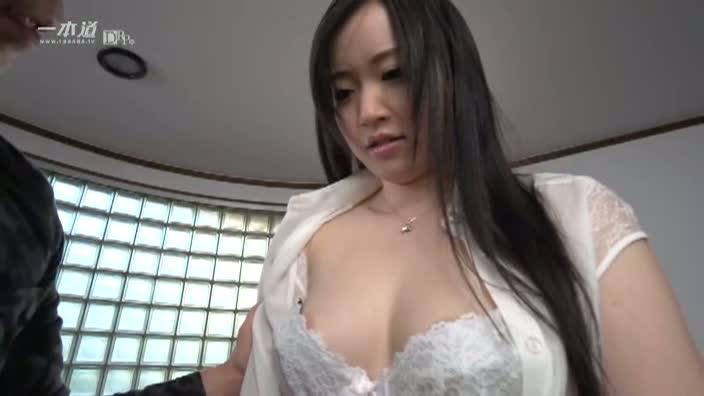 白く透き通る美肌と綺麗なピンク色の乳首【若槻ゆうか】