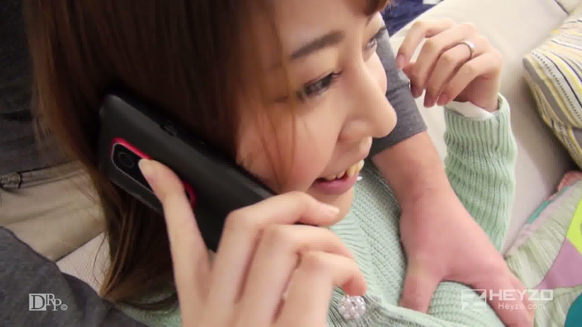 電話しながらヤラれちゃった若妻 - 佐山渚【旦那と電話 クンニ クリ】