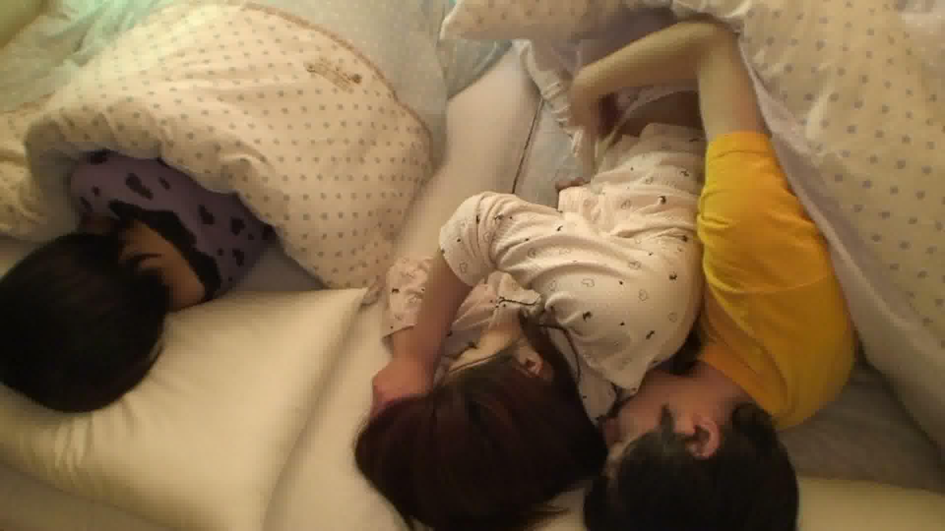 姉妹と川の字で寝ている姉をヤったら喘ぎ声に発情しオナニーする妹 前編中山ゆめみ 琥珀うた