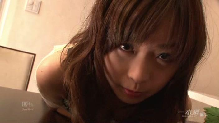 寂しい人妻アイドルの性的反動【羽月希】