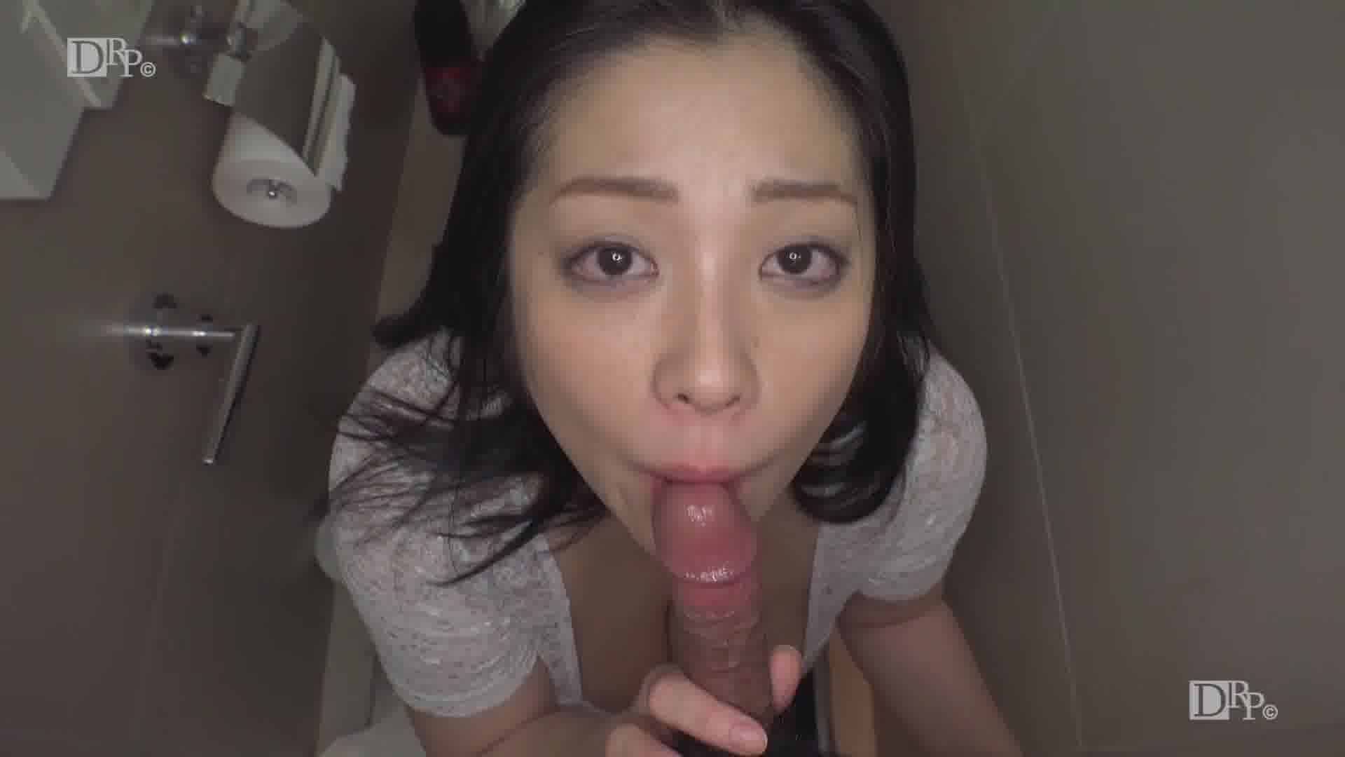 THE 未公開 ~個室トイレでこっそりしゃぶるの大好き~ - 小向美奈子【巨乳・口内発射・美尻】