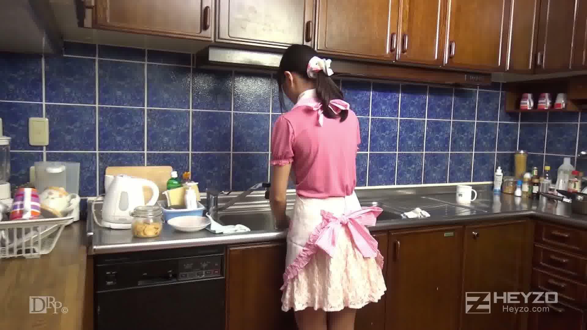 彼女をAVデビューさせちゃいました - 舞坂仁美【キッチン 裸エプロン ピンクエプロン ビデオ】