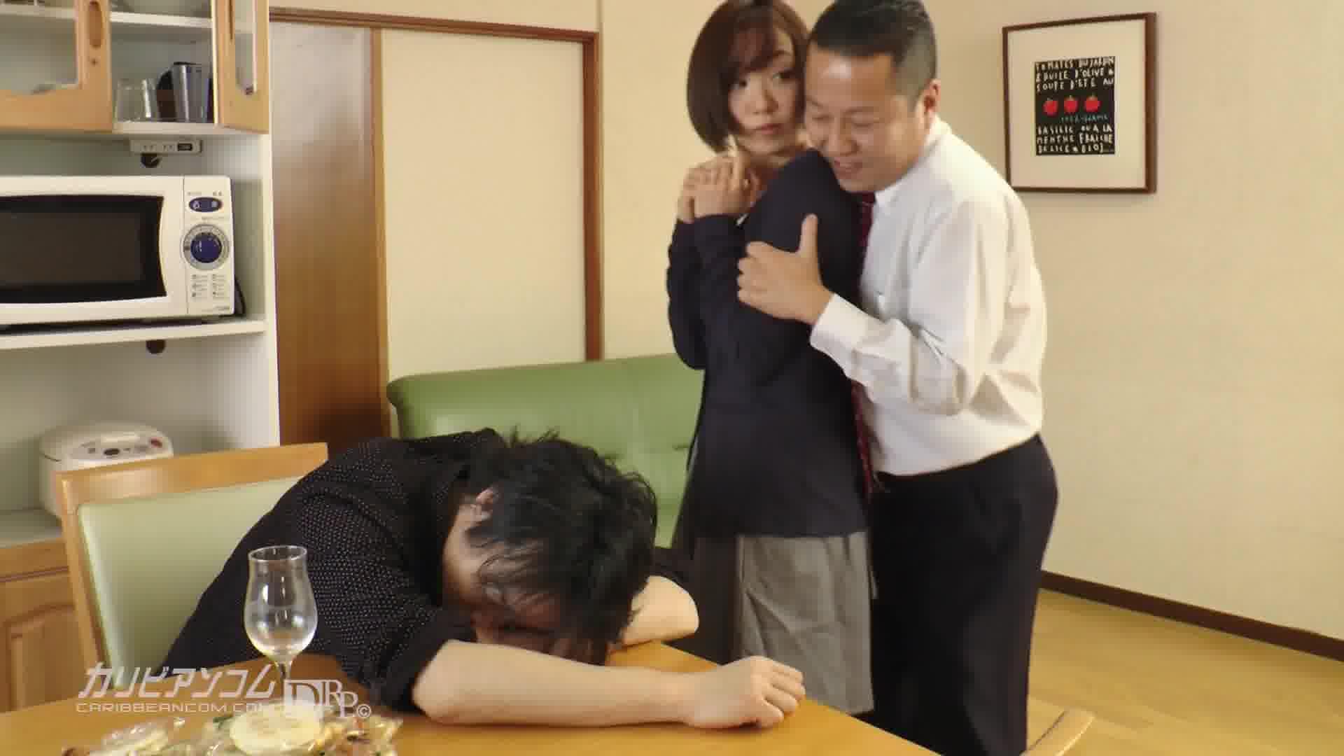 夫の目の前で妻が ~結婚祝いにきた上司の罠~ - 目々澤めぐ【スレンダー・人妻・中出し】