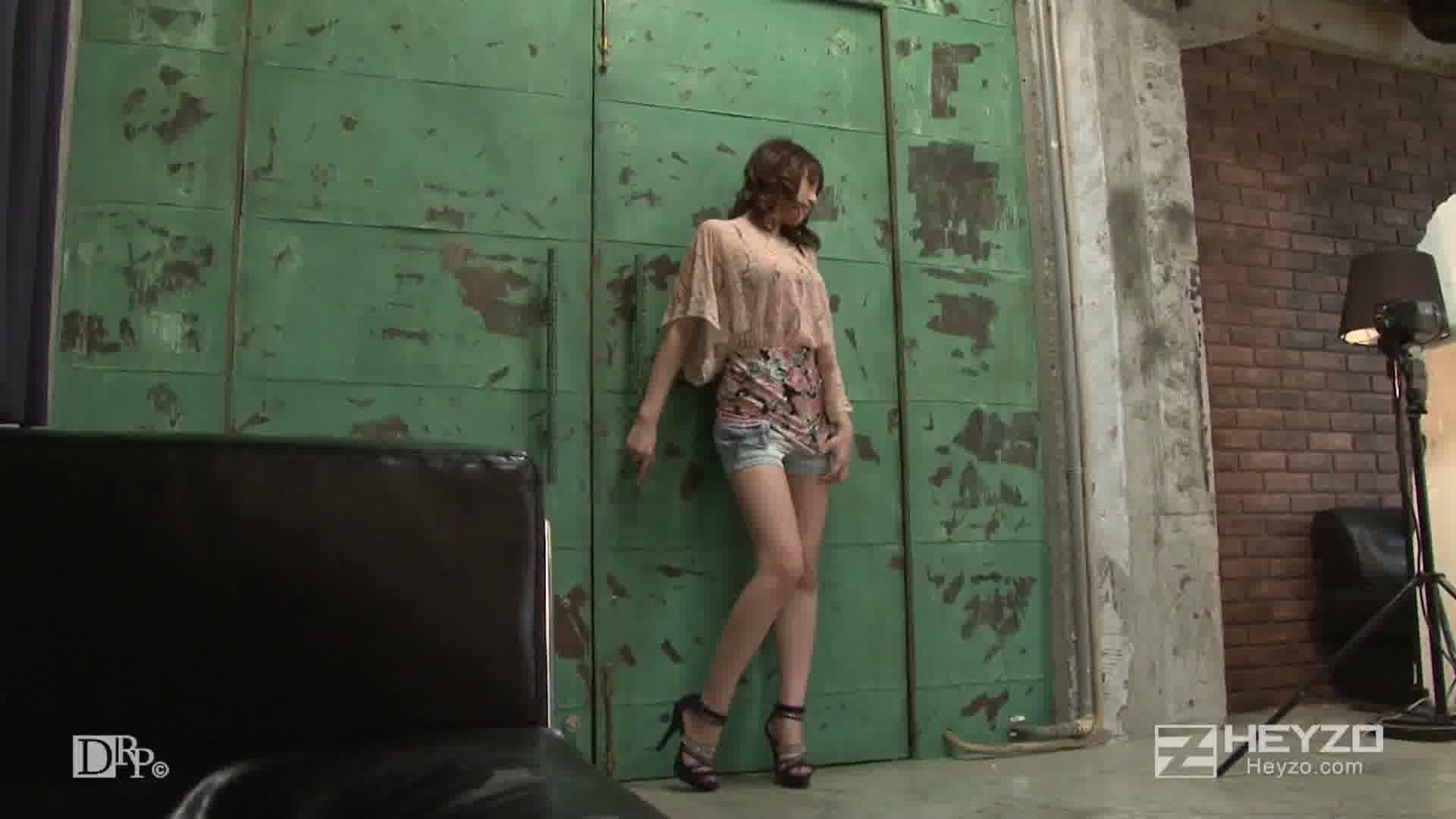 屈辱!ハメられた人気グラビアアイドル~ヤリタイ放題の撮影現場~ - 水澤りの【撮影 オナニー】