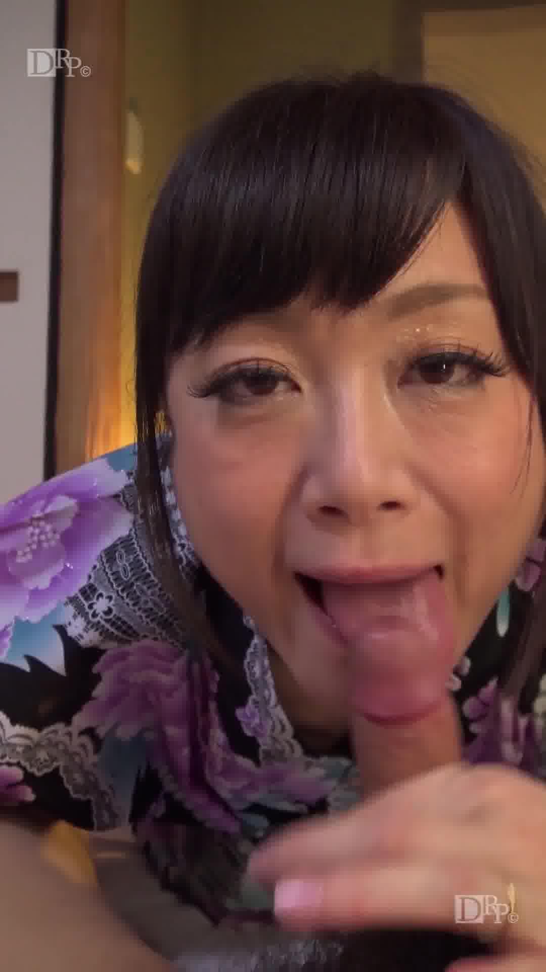 縦型動画 039 ~結婚指輪が煌くスナップ手コキ~ - 白金せりか【巨乳・パイズリ・浴衣】